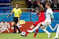 KAZAN - RUSIA, 20-06-2018: Mehdi TAREMI (Izq) jugador de RI de Irán disputa el balón con Sergio RAMOS (C) (Der) jugador de España durante partido de la primera fase, Grupo B, por la Copa Mundial de la FIFA Rusia 2018 jugado en el estadio Kazan Arena en Kazán, Rusia. /  Mehdi TAREMI (L) player of IR Iran fights the ball with Sergio RAMOS (C) (R) player of Spain during match of the first phase, Group B, for the FIFA World Cup Russia 2018 played at Kazan Arena stadium in Kazan, Russia. Photo: VizzorImage / Julian Medina / Cont