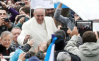 Papa Francesco saluta i fedeli al suo arrivo all'udienza generale del mercoledi' in Piazza San Pietro, Citta' del Vaticano, 5 febbraio 2014.<br />