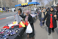 - Marsiglia, donne musulmane al mercato rionale di piazza Castellane....- Marseille, Muslim women in the local market of Castellane..square