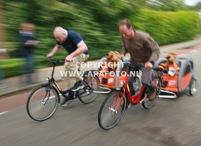 zelhem 210506 De wk 100m fietsen met hondenkar <br />Foto frans Ypma APA/foto