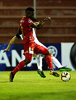 RIONEGRO- COLOMBIA, 21-04-2019: Álvaro Angulo de Rionegro Águilas Doradas (COL) y Martín Benítez del Club Atlético Independiente (ARG), disputan el balón durante partido de ida de la segunda fase entre Rionegro Águilas Doradas (COL) y Club Atlético Independiente (ARG) por la Copa Conmebol Sudamericana 2019, jugado en el estadio Alberto Giraldo de la ciudad de Rionegro. / Alvaro Angulo of Rionegro Aguilas Doradas (COL) and Martin Benitez of Club Atletico Independiente (ARG) figth for the ball, during a match of the first round of the second stage between Rionegro Aguilas Doradas (COL) and Club Atletico Independiente (ARG) for the Conmebol Sudamericana Cup 2019, played at Alberto Giraldo stadium in Rionegro city. Photo: VizzorImage / Fernando Agudelo / Cont.