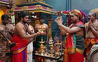 Nederland Den Helder 2016 06 26. Jaarlijkse tempelfeest bij de Hindoe tempel in Den Helder. Vereniging Sri Varatharaja Selvavinayagar voltooide in 2003 het gebouw dat wordt gebruikt voor het bevorderen van kunst en cultuur. Een ander deel wordt gebruikt voor het praktiseren van religieuze waarden. Het hoogtepunt van de feestperiode is het voorttrekken van de wagen ( chithira theer of ratham ). Dit is een kleurrijke optocht, waarbij de godheid Ganesh in de wagen wordt voortgetrokken door gelovigen. Rituelen in de tempel. Foto Berlinda van Dam / Hollandse Hoogte