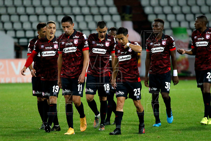 MANIZALES - COLOMBIA, 24-01-2020: Jugadores de Santa Fe abandonan el campo de juego al término del partido por la fecha 1 de la Liga BetPlay DIMAYOR I 2020 entre Once Caldas e Independiente Santa Fe jugado en el estadio Palogrande de la ciudad de Manizalez. / Players of Santa Fe leave the field after a match for the date 1 as part of BetPlay DIMAYOR League I 2020 between Once Caldas and Independiente Santa Fe played at the Palogrande stadium in Manizales city. Photo: VizzorImage / Santiago Osorio / Cont