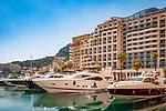 Frankreich, Provence-Alpes-Côte d'Azur, Cap-d'Ail: Grenzort zum Fuerstentum Monaco, Luxusyachten im Hafen Port de Cap-d'Ail vor dem Riviera Marriott Hotel La Porte de Monaco | France, Provence-Alpes-Côte d'Azur, Cap-d'Ail: frontier town to Princedom Monaco, luxury yachts at harbour Port de Cap-d'Ail in front of Riviera Marriott Hotel La Porte de Monaco