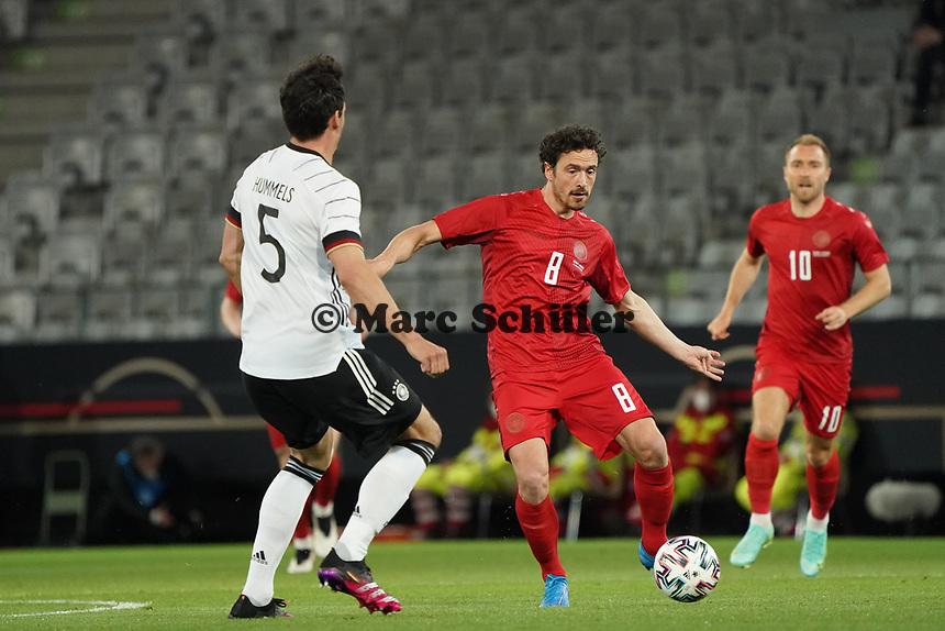 Thomas Delaney (Dänemark, Denmark) gegen Mats Hummels (Deutschland Germany) - Innsbruck 02.06.2021: Deutschland vs. Daenemark, Tivoli Stadion Innsbruck