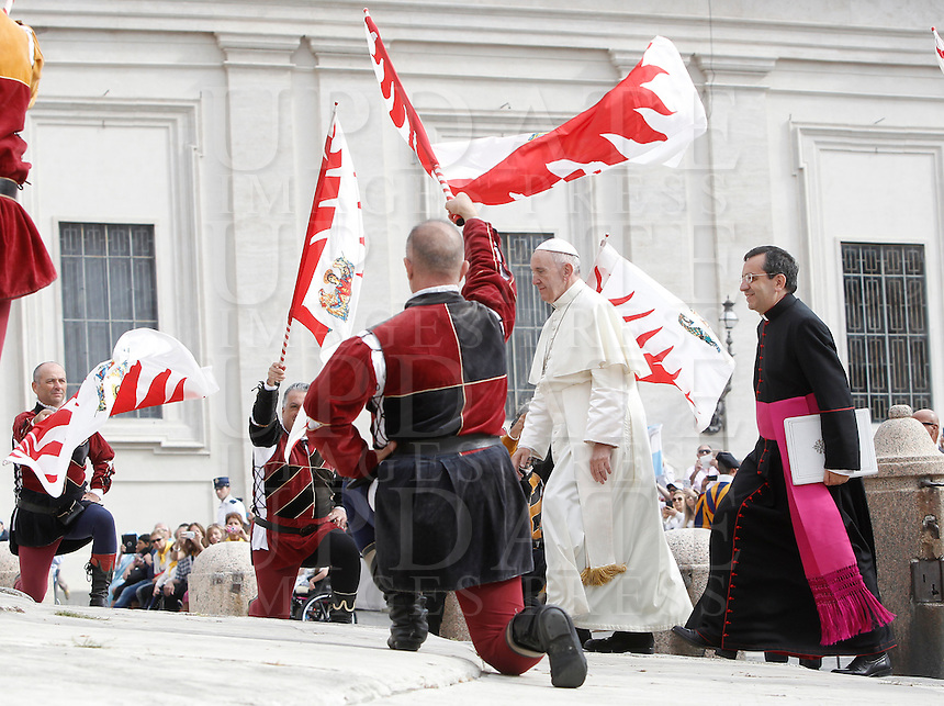 Papa Francesco passa tra gli sbandieratori al suo arrivo all'udienza generale del mercoledi' in Piazza San Pietro, Citta' del Vaticano, 7 settembre 2016.<br /> Pope Francis walks among flag wavers as he arrives for his weekly general audience in St. Peter's Square at the Vatican, 7 September 2016.<br /> UPDATE IMAGES PRESS/Isabella Bonotto<br /> <br /> STRICTLY ONLY FOR EDITORIAL USE