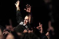 Das Festival With Full Force geht in die 18. Runde. 60 Bands aus der Hardcore-, Punk- und Metallszene haben sich auf dem haertesten Acker Deutschlands nahe Roitzschjora versammelt. Dazu gesellen sich nach Angaben der Veranstalter Sven Borges, Mike Schorler und Roland Ritter fast 30000 Besucher aus aller Welt. Drei Tage lassen die Bands ihre stromgestaehlten Gitarren gluehen und pusten per Mega-Boxenwand das Gras von der Landebahn des Sportflugplatzes. im Bild: Stagediving.  Foto: Alexander Bley