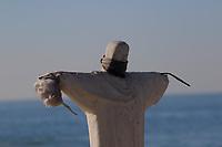 Rio de Janeiro (RJ), 31/05/2020 - Quarentena-RIo - Replica do Cristo Redentor é colocada na areia da praia de Ipanema. Movimentação na praia de  Ipanema, zona sul do Rio de Janeiro, neste domingo (31).