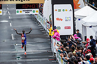 BOGOTÁ -COLOMBIA, 28-07-2018: Aspecto de los participantes en la media maratón de Bogotá 2019, mmB. Con sus tradicionales 21km, en esta ocasión el ganador del segundo puesto en elite varones fue Lawrence Cherono de Kenya, con un tiempo de 1h 04m 08s, y en elite mujeres Helalia Johannes de Namibia con un tiempo de 1h 12m 16s. / Aspect of the people during the half marathon of Bogota 2018, mmB. With its 21Km in this edition the winner of the second Place was Lawrence Cherono of Kenya in elite men category with a time of 1h 04m 08s, and in elite women the winner was Helalia Johannes of Namibia with a time of 1h 12m 16s. Photo: VizzorImage / Diego Cuevas / Cont