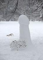 Nach ergiebigem Schneefall in den letzten Tagen war der Clara-Zetkin-Park voll von Menschen , die die weiße Pracht in vollen Zügen genossen haben. Ob mit dem Schlitten, auf Ski oder einfach zu Fuß - der Schnee erfreute auf vielerlei Wegen. im Bild: 1,60m großer Schneepenis an der Anton-Bruckner-Allee.   Foto: Norman Rembarz..Norman Rembarz , Autorennummer 41043728 , Holbeinstr. 14, 04229 Leipzig, Tel.: 01794887569, Hypovereinsbank: BLZ: 86020086, KN: 357889472, St.Nr.: 231/261/06432 - Jegliche kommerzielle Nutzung ist honorar- und mehrwertsteuerpflichtig! Persönlichkeitsrechte sind zu wahren. Es wird keine Haftung übernommen bei Verletzung von Rechten Dritter. Autoren-Nennung gem. §13 UrhGes. wird verlangt. Weitergabe an Dritte nur nach  vorheriger Absprache..