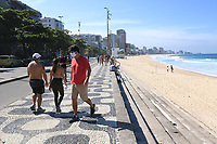 """RJ. Rio de Janeiro. 16/05/2020  CIDADE Na foto da praia do Leblon , zona sul, a movimentaÁ""""o na orla tem as areias vazias e as calÁadas cheias em Època de isolamento social por causa do novo coronavirus neste s·bado,  (16). ( Foto: Ellan Lustosa / Codigo19)"""