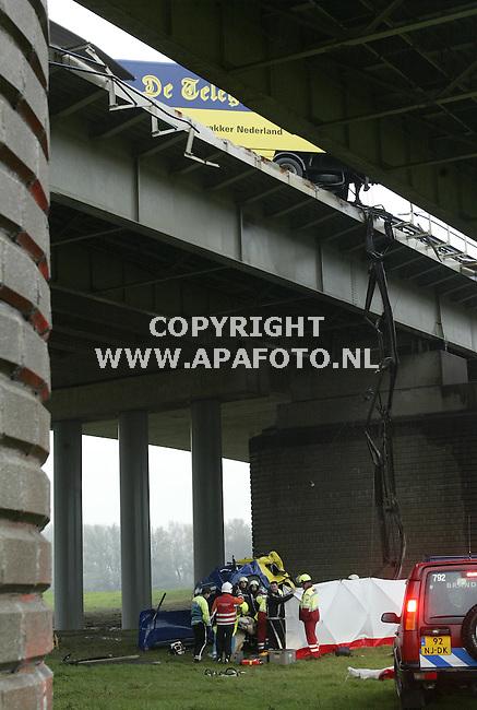 westervoort 151105 Op de A12 bij de brug over de ijssel in westervoort is vanmorgen een vrachtwagen geschaard, de kabine schoot door de vangrail en stortte tussen 2 bruggen 15 m omlaag . de chauffeur is met een traumahelicopter naar het ziekenhuis gebracht.<br />Foto frans ypma APA-foto