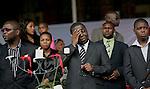 Foto: VidiPhoto..HARARE - Duizenden Zimbabwanen uit het hele land woonden dinsdagmiddag de herdenkingsplechtigheid voor Susan Tsvangirai bij. De vrouw van premier Morgan Tsvangirai van Zimbabwe kwam vorige week bij een ongeval om het leven. Tsvangirai zelf raakte daarbij gewond. Nog steeds wordt gedacht aan een aanslag door president Mugabe op zijn rivaal, hoewel concrete aanwijzingen tot nog toe ontbreken. Foto: Een emotionele Morgan Tsvangirai, geflankeerd door zijn zoons.