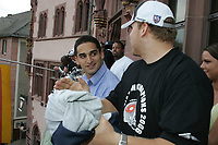 Martin Latka (Fullback) und Roger Robinson (Runningback, beide FRankfurt Galaxy) auf dem Balkon des Roemer