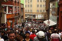 SAO PAULO,SP, 02 DE DEZEMBRO DE 2011 - COTIDIANO - MOVIMENTACAO 25 DE MARCO - Rua 25 de marco, zona central da cidade, tem intenso movimento de compradores, neste sabado (03). Foto Ricardo Lou- News Free