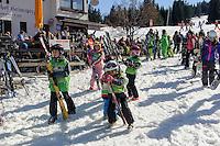 Kinder-Skischule an der Talstation der Söllereck-Bahn bei  Oberstdorf im Allgäu, Bayern, Deutschland<br /> kid's ski school at Lower terminus of Sellereck cable car near Oberstdorf, Allgäu, Bavaria, Germany