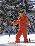 Deutschland, Frau beim Nordic Walking im Winter | Germany, woman doing nordic walking in winter