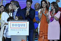 BOGOTA - COLOMBIA, 27-05-2018: Ivan Duque, candidato presidencial por le partido Centro Democrático besa  su esposa , Maria Juliana Ruiz, durante su alocución al ganar en la jornada electoral hoy, 27 de mayo de 2018. Las elecciones presidenciales de Colombia de 2018 se celebrarán el domingo 27 de mayo de 2018. El candidato ganador gobernará por un periodo máximo de 4 años fijado entre el 7 de agosto de 2018 y el 7 de agosto de 2022. / Ivan Duque, presidential candidate for the Centro Democratico party, kiss his wife Maria Juliana Ruiz, during his speech after winning on the election day today, May 27, 2018. Colombia's 2018 presidential election will be held on Sunday, May 27, 2018. The winning candidate will govern for a maximum period of 4 years fixed between August 7, 2018 and August 7, 2022.. Photo: VizzorImage / Gabriel Aponte / Staff