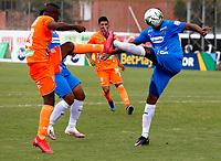 ENVIGADO - COLOMBIA, 28–02-2021: Andres Cordoba de Envigado F. C. y Alexis Rolin de Deportivo Independiente Medellin disputan el balon, durante partido entre Envigado F. C. y Deportivo Independiente Medellin de la fecha 10 por la Liga BetPlay DIMAYOR I 2021, en el estadio Polideportivo Sur de la ciudad de Envigado. / Andres Cordoba of Envigado F. C. and Alexis Rolin of Deportivo Independiente Medellin fight for the ball, during a match between Envigado F. C. and Deportivo Independiente Medellin of 10th date for the BetPlay DIMAYOR I 2021 League at the Polideportivo Sur stadium in Envigado city. Photo: VizzorImage / Donaldo Zuluaga / Cont.