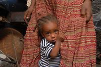 ethiopia, addis abeba, bambina attaccata alle gonne della mamma.Little girl seeks  protection .