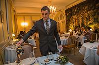 Europe/France/Bretagne/56/Morbihan/Kervignac: Château de Locguenolé<br /> Service du vin au restaurant [Non destiné à un usage publicitaire - Not intended for an advertising use]