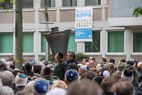 """Solidaritaetskundgebung """"Berlin traegt Kippa"""" am Mittwoch den 25. April 2018 vor dem Juedischen Gemeindehaus Fasanenstraße in Berlin.<br /> Die Juedische Gemeinde zu Berlin rieft alle Berlinerinnen und Berliner zu dieser Solidaritaetskundgebung auf, nachdem in der Woche zuvor ein arabischer Israeli in Berlin von einem Jugendlichen mit einem Guertel verpruegelt wurde weil er eine Kippa getragen hat.<br /> Die Juedische Gemeinde wollte mit dieser Aktion ein Zeichen gegen Antisemitismus und Intoleranz setzen und ein breites gesellschaftliches Buendnis mobilisieren.<br /> 25.4.2018, Berlin<br /> Copyright: Christian-Ditsch.de<br /> [Inhaltsveraendernde Manipulation des Fotos nur nach ausdruecklicher Genehmigung des Fotografen. Vereinbarungen ueber Abtretung von Persoenlichkeitsrechten/Model Release der abgebildeten Person/Personen liegen nicht vor. NO MODEL RELEASE! Nur fuer Redaktionelle Zwecke. Don't publish without copyright Christian-Ditsch.de, Veroeffentlichung nur mit Fotografennennung, sowie gegen Honorar, MwSt. und Beleg. Konto: I N G - D i B a, IBAN DE58500105175400192269, BIC INGDDEFFXXX, Kontakt: post@christian-ditsch.de<br /> Bei der Bearbeitung der Dateiinformationen darf die Urheberkennzeichnung in den EXIF- und  IPTC-Daten nicht entfernt werden, diese sind in digitalen Medien nach §95c UrhG rechtlich geschuetzt. Der Urhebervermerk wird gemaess §13 UrhG verlangt.]"""