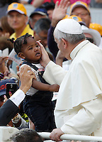 Papa Francesco saluta una bambina al suo arrivo all'udienza generale del mercoledi' in Piazza San Pietro, Citta' del Vaticano, 17 settembre 2014.<br /> Pope Francis greets a child as he arrives for his weekly general audience in St. Peter's Square at the Vatican, 17 September 2014.<br /> UPDATE IMAGES PRESS/Riccardo De Luca<br /> <br /> STRICTLY ONLY FOR EDITORIAL USE