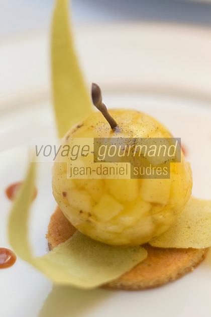 Europe/France/Bretagne/56/Morbihan/Kervignac: Pomme pochée sur un gâteau breton au citron avec sa tuile granny smith, recette d' Olivier Beurné  du Château de Locguenolé