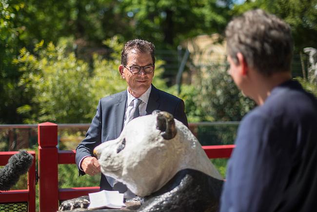"""Bundesentwicklungsminister Dr. Gerd Mueller (links im Bild) und Dr. Eckart von Hirschhausen (rechts im Bild) besuchten zum """"Internationale Tag zum Erhalt der Artenvielfalt"""" (22. Mai) den Berliner Zoo.<br /> Sie warnten vor vor der Abnahme der biologischen Vielfalt und erklaerten, dass """"alle vier Sekunden wird Wald von der Flaeche eines Fussballfeldes abgeholzt wird. Die Gefahr, dass Viren vom Tier auf den Menschen ueberspringen steigt, je mehr die natuerlichen Lebensraeume schrumpfen. Die Zerstoerung der Natur und Artenvielfalt bedroht so auch den Menschen. Corona ist dafuer das juengste Beispiel"""".<br /> 20.5.2020, Berlin<br /> Copyright: Christian-Ditsch.de<br /> [NUR FUER REDAKTIONELLE ZWECKE! Werbung nur auf Anfrage beim Fotografen. Inhaltsveraendernde Manipulation des Fotos nur nach ausdruecklicher Genehmigung des Fotografen. Vereinbarungen ueber Abtretung von Persoenlichkeitsrechten/Model Release der abgebildeten Person/Personen liegen nicht vor. NO MODEL RELEASE! Don't publish without copyright Christian-Ditsch.de, Veroeffentlichung nur mit Fotografennennung, sowie gegen Honorar, MwSt. und Beleg. Konto: I N G - D i B a, IBAN DE58500105175400192269, BIC INGDDEFFXXX, Kontakt: post@christian-ditsch.de<br /> Bei der Bearbeitung der Dateiinformationen darf die Urheberkennzeichnung in den EXIF- und  IPTC-Daten nicht entfernt werden, diese sind in digitalen Medien nach §95c UrhG rechtlich geschuetzt. Der Urhebervermerk wird gemaess §13 UrhG verlangt.]"""