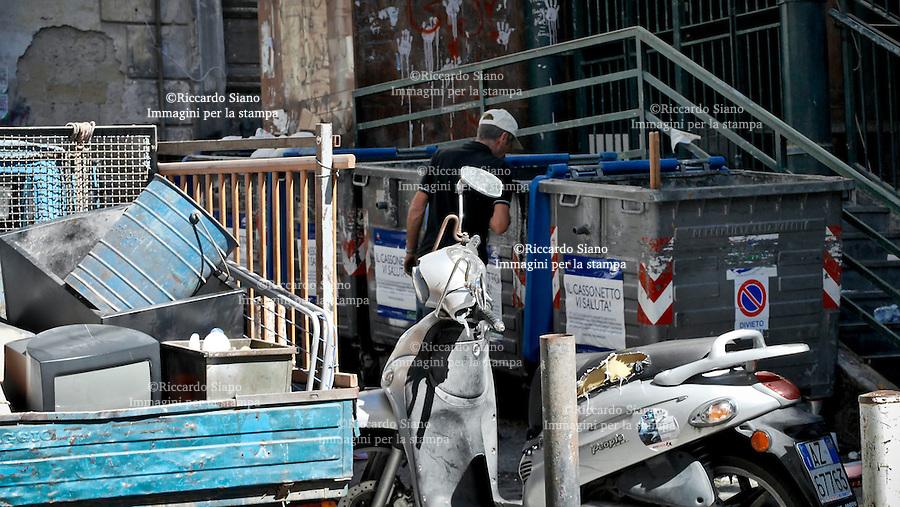 - NAPOLI 27 NOV 2014 -  Rom in giro per la città   a rovistare nei cassonetti.