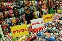 Reparto di oggetti e materiali scolastici in un grade supermercato Coop. .Department of objects and educational materials into Coop supermarket....