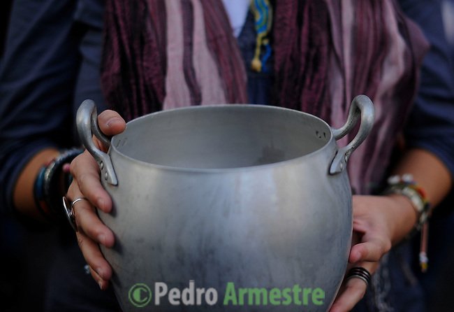 """A demonstrator holds a casserole as he takes part in a """"casserole march"""" against government's austerity reforms and the public payment of bank's debts on October 13, 2012 in Madrid. © Pedro ARMESTRE"""