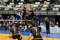 27-03-2021: Volleybal: Amysoft Lycurgus v Draisma Dynamo: Groningen Lycurgus speler Bennie Tuinstra slaat de bal over het blok met Dynamo speler Maikel van Zeist