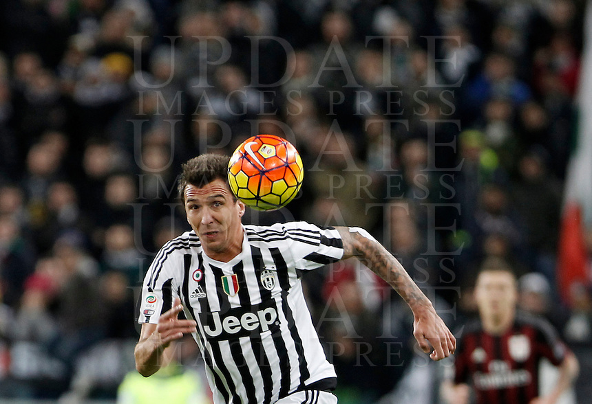 Calcio, Serie A: Juventus vs Milan. Torino, Juventus Stadium, 21 novembre 2015. <br /> Juventus' Mario Mandzukic eyes the ball during the Italian Serie A football match between Juventus and AC Milan at Turin's Juventus stadium, 21 November 2015. Juventus won 1-0.<br /> UPDATE IMAGES PRESS/Isabella Bonotto