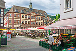 Deutschland, Rheinland-Pfalz, Neustadt an der Weinstrasse: Restaurants und Cafés am Marktplatz vorm Alten Rathaus | Germany, Rhineland-Palatinate, Neustadt an der Weinstrasse: Cafés and restaurants at market square with old townhall