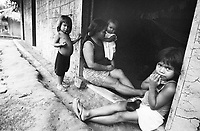 Mulheres werekena na comunidade de Anamoim, alto rio Xié, fronteira do Brasil com a Colômbia. Amazonas , Brasi, <br />Foto Paulo Santos/Interfoto<br />06/2002 Expedição Werekena do Xié<br /> <br /> Os índios Baré e Werekena (ou Warekena) vivem principalmente ao longo do Rio Xié e alto curso do Rio Negro, para onde grande parte deles migrou compulsoriamente em razão do contato com os não-índios, cuja história foi marcada pela violência e a exploração do trabalho extrativista. Oriundos da família lingüística aruak, hoje falam uma língua franca, o nheengatu, difundida pelos carmelitas no período colonial. Integram a área cultural conhecida como Noroeste Amazônico. (ISA)