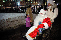 RUSSLAND, Moskau, 12.2010. ©  Sergey Kozmin/EST&OST.Weihnachten mit Vaeterchen Frost. Altersgemaess unterwegs im Rollstuhl. | Christmas with Father Frost. His age made him choose a wheelchair.
