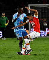BOGOTA - COLOMBIA - 30 - 11 - 2017: Anderson Plata (Der.) jugador de Independiente Santa Fe disputa el balón con Kevin Londoño (Izq.) jugador de Jaguares F. C., durante partido de vuelta de los cuartos de final entre Independiente Santa Fe y Jaguares F. C., de la Liga Aguila II 2017 en el estadio Nemesio Camacho El Campin de la ciudad de Bogota. / Anderson Plata (R) player of Independiente Santa Fe struggles for the ball with Kevin Londoño (L) player of Jaguares F. C., during a match between Independiente Santa Fe y Jaguares F. C., of the quarter of finals for the Liga Aguila II 2017 at the Nemesio Camacho El Campin Stadium in Bogota city, Photo: VizzorImage / Luis Ramirez / Staff.