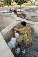 - water supply from a public fountain in Vittoria (Ragusa)....- scorta d'acqua da una fontana pubblica a Vittoria (Ragusa)