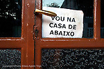 Un cartel en la puerta de una muebleria en Antas de Ulla