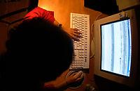 ILLUSTRATION - utilisatrice d'un site de partage de MP3 NAPSTER,  Fevrier 2001<br /> <br /> PHOTO :  AGENCE QUEBEC PRESSE
