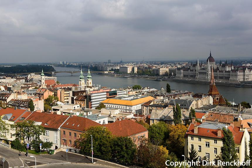 Blick von Buda auf  Pester Donauufer und Parlament, Budapest, Ungarn, UNESCO-Weltkulturerbe