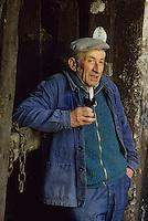 Europe/France/Centre/Indre-et-Loire/Vallée de la Loire/Bourgueil : AOC Bourgueil - Gabriel Maitre de chais de Pierre-Jacques Druet [Non destiné à un usage publicitaire - Not intended for an advertising use]<br /> PHOTO D'ARCHIVES // ARCHIVAL IMAGES<br /> FRANCE 1990