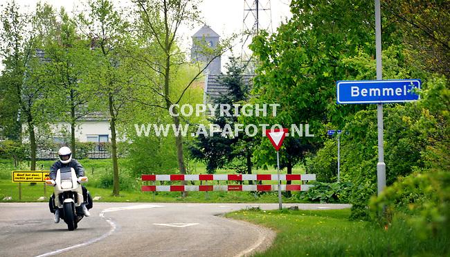 Bemmel , ,080501  foto: Koos Groenewold / APA Foto<br />Plaatsnaambord Bemmel met omgeving