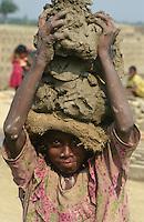INDIA Westbengal, dalit children work in brick industry near Kolkata, small girl carry clay on her head / INDIEN Dalit Kinder arbeiten in Ziegelei bei Kalkutta