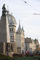 Europe/Pologne/Lodz: Place de la Liberté - l'ancienne église évangélique aujourd'hui église catholique et perspective sur la rue Piotrkowska