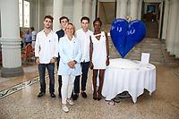 Le COEUR DES ANGES, une sculpture de l'artiste AgnÈs Patrice-Crepin, un coeur bleu, en hommage aux victimes du 14 juillet 2016 ‡ Nice. La volontÈ d'une sculpture federatrice et qui incarne l'Amour et l'Espoir. PortÈe par l'Association L'AS DE COEUR crÈËe par Robin Gaudy, Thomas Gavelle, Fleur Nayigizente, Maxence Vaille et Bertrand Vanel, dans le cadre de leurs Ètudes de commerce au BBA EDHEC ‡ Nice, Hotel Westminster, Nice, Sud de la France, samedi 15 juillet 2017.