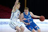 18-05-2021: Basketbal: Donar Groningen v Heroes Den Bosch: Groningen, Den Bosch speler Miha Lapornik met Donar speler Henry Caruso