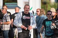 """Ca. 500 Menschen demonstrierten am Freitag den 31. Juli 2015 im Saechsischen Feital gegen Rassismus und fuer die Aufnahme von Fluechtlingen.<br /> Nach mehreren Wochen rassistischer Uebergriffe und Bedrohungen durch einen Teil der Freitaler Bevoelkerung war dies ein Zeichen der Solidaritaet mit den gefleuchteten Menschen.<br /> Am Rande der Demonstration kam es immer wieder zu rassistischen Poebeleien, Flaschenwuerfen und versuchten Angriffen auf die Demonstranten durch Neonazis und Hooligans die sich vor ihrer Stammkneipe """"Timba"""" versammelt hatten. Vereinzelt ging die Polizei gegen die Rechten vor und nahm mindestens eine Person wegen zeigen eines Hitlergrusses fest. Die Flaschenwuerfe blieben fuer die Rechten folgenlos.<br /> Im Bild: Neonazis mit T-Shirt einer """"Division Thueringen"""".<br /> 31.7.2015, Freital/Sachsen<br /> Copyright: Christian-Ditsch.de<br /> [Inhaltsveraendernde Manipulation des Fotos nur nach ausdruecklicher Genehmigung des Fotografen. Vereinbarungen ueber Abtretung von Persoenlichkeitsrechten/Model Release der abgebildeten Person/Personen liegen nicht vor. NO MODEL RELEASE! Nur fuer Redaktionelle Zwecke. Don't publish without copyright Christian-Ditsch.de, Veroeffentlichung nur mit Fotografennennung, sowie gegen Honorar, MwSt. und Beleg. Konto: I N G - D i B a, IBAN DE58500105175400192269, BIC INGDDEFFXXX, Kontakt: post@christian-ditsch.de<br /> Bei der Bearbeitung der Dateiinformationen darf die Urheberkennzeichnung in den EXIF- und  IPTC-Daten nicht entfernt werden, diese sind in digitalen Medien nach §95c UrhG rechtlich geschuetzt. Der Urhebervermerk wird gemaess §13 UrhG verlangt.]"""