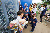 SERBIEN, 08.2016, Kelebija. Internationale Fluechtlingskrise: An der mit Zaeunen abgesperrten ungarischen Grenze stauen sich Fluechtlinge und Migranten. Sie bitten meist vergebens um Einlass in die  Asyl- und Transitzonen (blaue Container). So haben sich auf serbischer Seite provisorische Lager mit sehr schlechten Bedingungen gebildet. | International refugee crisis: Refugees and migrants have been piling up at the fenced-off Hungarian border. They are waiting for entrance into the asylum and transit zones (blue containers), mostly in vain. Thus provisional camps have emerged on the Serbian side with very bad conditions.<br /> © Szilard Vörös/EST&OST
